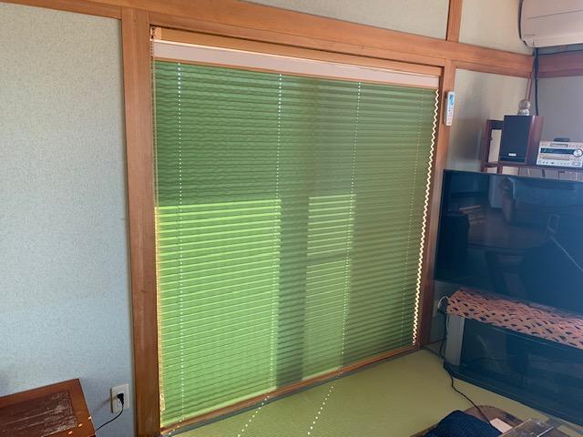 リビング続きの和室の窓にプリーツスクリーン