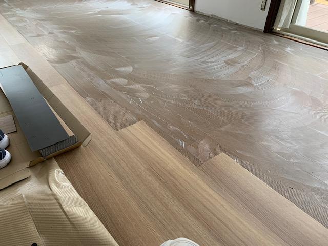 キッチンの床にフロアタイルを貼る画像
