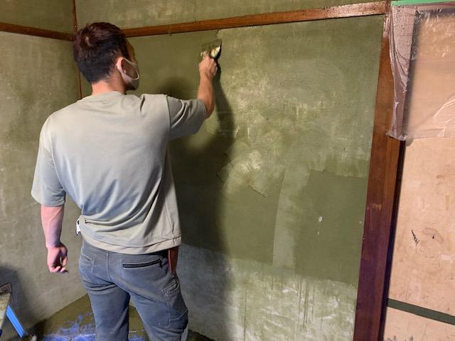 砂壁・じゅらく壁を剥がしている画像