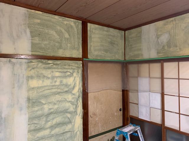 和室の砂壁にパテをする画像