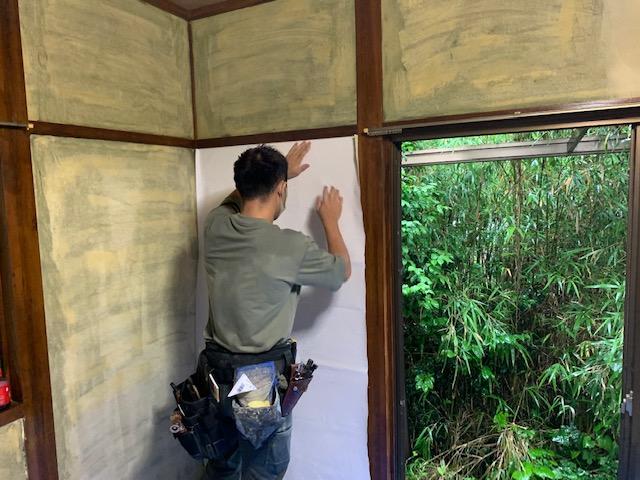 宮崎市K様邸の和室砂壁・じゅらく壁にクロスを貼る画像